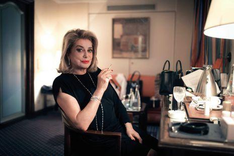 Catherine Deneuve : Robe Vuitton, bijoux Chopard et cigarette : élégante et insoumise. Une certaine définition de la Parisienne selon Deneuve.