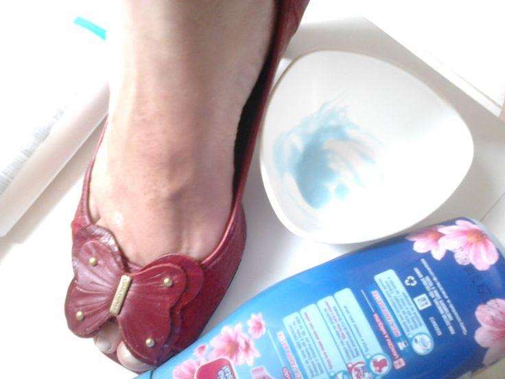 """Você calça o sapato, ele cabe mas está """"comendo seu pé"""" O couro parece ressecado, duro . Façam e comprovem a maravilha que é essa dica que me foipassada por minha querida Ana Cristina do salão Shalom de Jardim da Penha. É infalível! Testada e aprovada.! PASSE A MISTURA DE 1 COLHER DE AMACIANTE +…"""