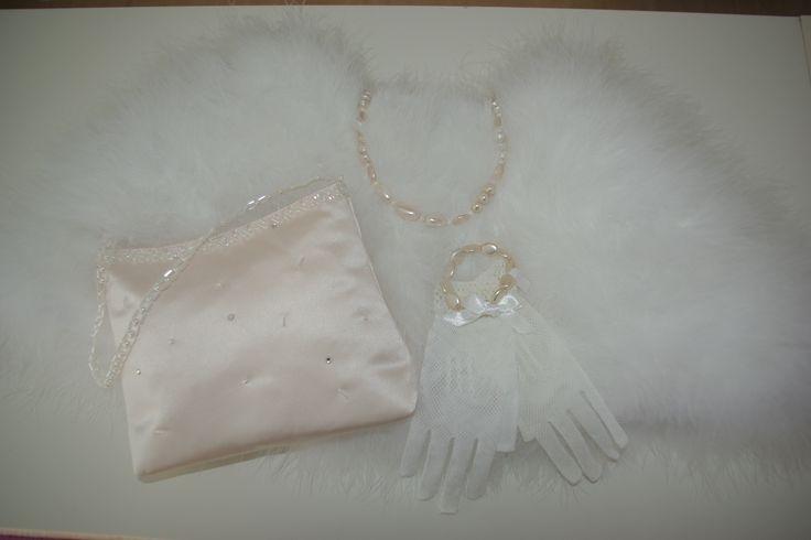 Mooie pastel roze accessoires bij ivoor of witte bruidsmeisjeskleding. Het staat erg mooi. Neem een kijkje op bruidskindermode.nl of kom in de winkel, dan maken we je bruidsmeisjesoutfit helemaal compleet! En ook voor mooie bruidsmeisjesjurken en communiejurken ben je bij Corrie's bruidskindermode aan het juiste adres.  Trouwen, bruiloft, huwelijk, bruidskinderen, bruidskinderkleding, kinderbruidsmode, kinderbruidskleding, kinderbruidsjurk, bruidsmeisje, bruidsmeisjeskleding.