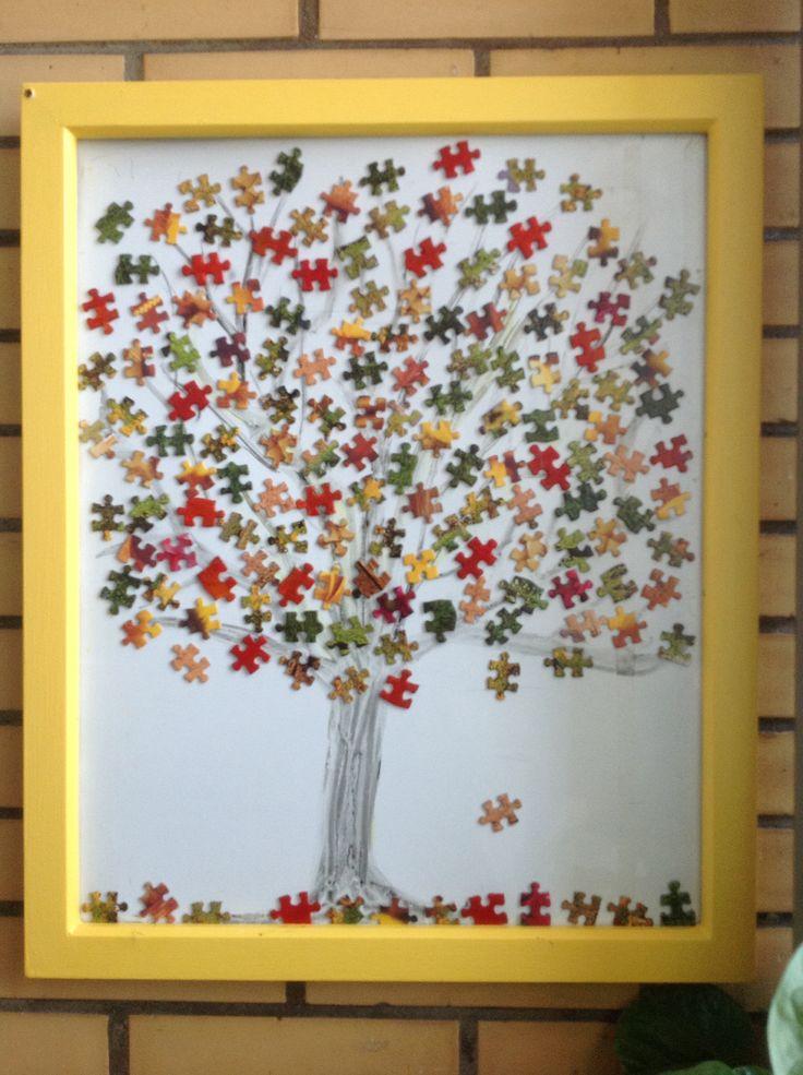 Herfstboom van puzzelstukjes.