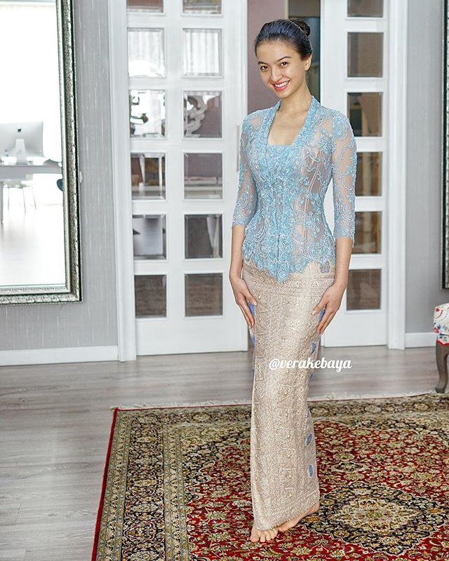 @raline_shah ... #fittingsession #kebaya #partydress #lace #songket
