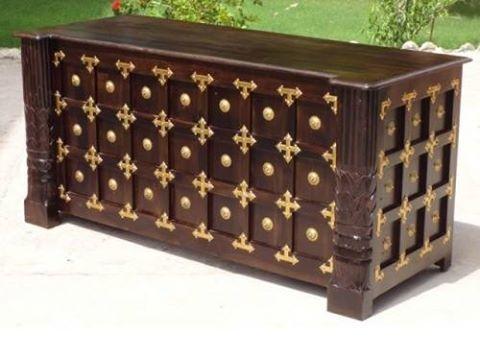 Duże reprezentacyjne #biurko indyjskie z drewna sheesham, zdobione mosiężnymi ćwiekami: http://www.indianmeble.pl/biurka/indyjskie-drewnine-biurko-IM-DESK :)