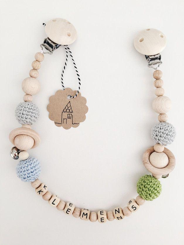 Individuell gestaltete Wagenkette mit Namen. Die Kette besteht aus verschieden Holzkugeln und bunten, gehäkelten Perlen (umhäkelte Holzkugeln) mit zusätzlichen Holzringen und Glöckchen.  5...