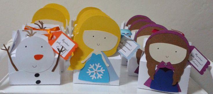 """As caixinhas são uma ótima opção como lembrancinhas, para decorar a mesa do bolo ou de guloseimas. <br>Podem ser recheadas com balas, pirulitos, língua de sogra, presilhas e pulseiras! <br>Tenho nas princesas: Ana e Elsa do Frozen, Branca de Neve, Cinderela, Ariel, Rapunzel, Aurora. <br>Veja também a caixinha """"Sapo Encantado"""" para os meninos. <br> <br>As caixinhas são enviadas vazias!"""