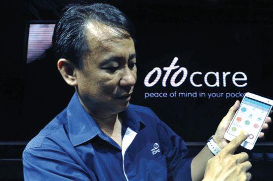 CEO Asuransi Astra Santosa, menjelaskan aplikasi Garda Mobile Otocare saat peluncurannya, di Jakarta, Rabu (3/6). Asuransi Astra, perusahaan dengan produk asuransi kendaraan bermotor Garda Oto meluncurkan aplikasi yang berisi informasi dan layanan seperti pengingat jatuh tempo polis asuransi, servis berkala mobil, tanggal jatuh tempo SIM dan STNK serta estimasi biaya bahan bakar harian, yang dapat diunduh melalui Google Play dan App Store. (ant/audy alwi)