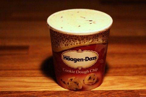 2/5 Cookie Dough Chip Häagen-dazs: mmmade och aaahhade – åt den lena vaniljglassen, åt de små insprängda chokladbitarna. Men sen kom vi unisont till tuggan då den beryktade kaksmeten skulle ge sig till känna, och sanning att säga kändes det – min nostalgiska fäbless för kaksmet till trots – som att tugga lite på en salt sandklump.