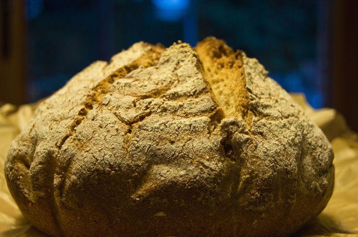 Pan espelta hecho en cazuela de hierro fundido