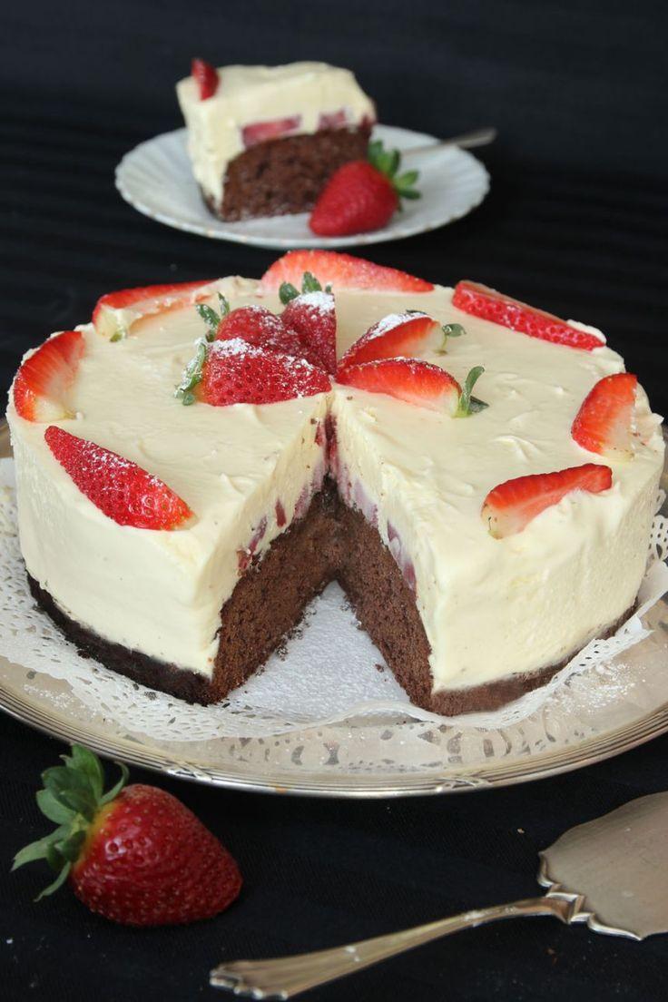 vit chokladmoussetårta med jordgubbar