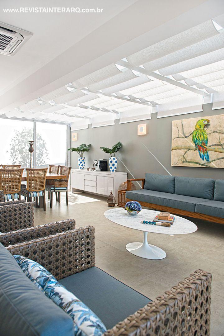 Na área do pergolado de vidro (foto maior), a luz natural é filtrada por persianas de teto. O projeto de arquitetura original é do engenheiro Marcelo Victor Alves