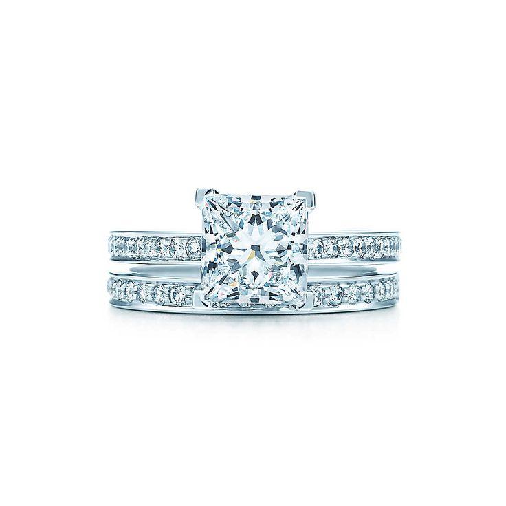 Sur un anneau de platine serti de brillants éclatants trône un diamant central taille princesse. Pureté et éclat.