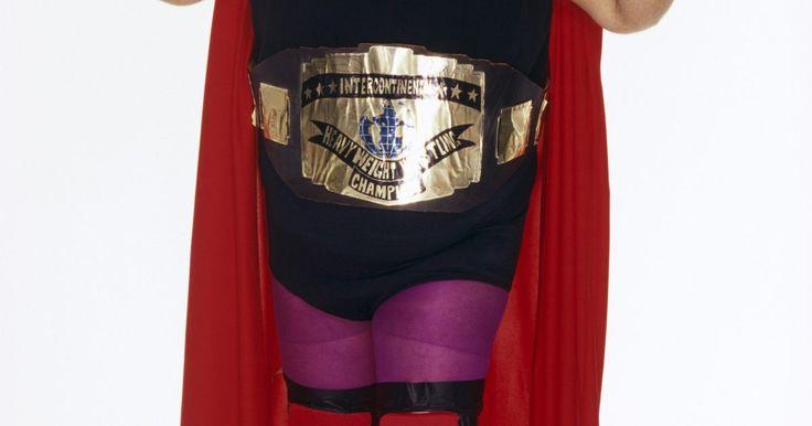 Cómo hacer cinturones de campeonato de la WWE. Una tendencia popular para fanáticos de la lucha de la WWE es llevar réplicas de los cinturones de campeonato de la WWE, especialmente en eventos en vivo. Las reproducciones de los cinturones están disponibles en los mismos eventos, e incluso en tiendas de juguetes. Sin embargo, puedes crear un cinturón por tu cuenta si puedes cortar cuero y ...