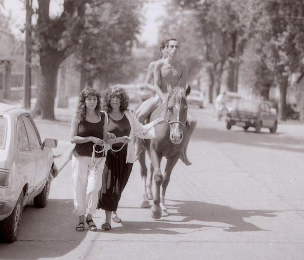 Las Yeguas del Apocalípsis, entrando desnudos a la universidad de Chile