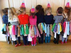 Kinderfeestje, ze hebben zelf rokjes gemaakt door stroken stof aan een riem te bevestigen dmv een lus! Super geslaagd eigen idee, by Kittie.