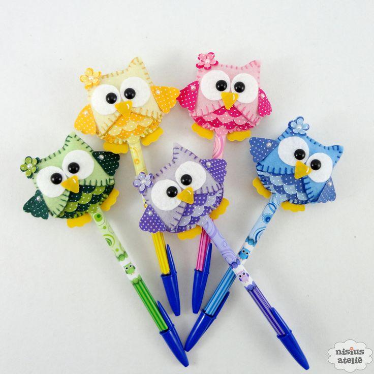 Lápis ou caneta com ponteira decorado com uma coruja feita em feltro bordado à mão.