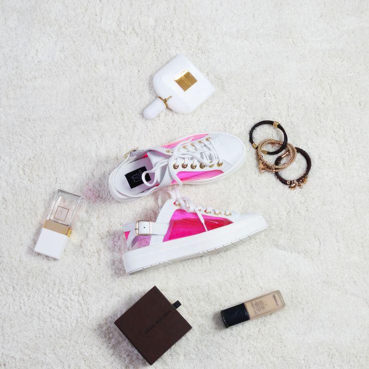 Teniși de damă Mineli Kendal sunt realizați din piele naturală, material roz transparent și decupate în partea din spate. Acest model de teniși-sandale vor da un aer cool ținutei și vor reprezenta piesa statement a sa.