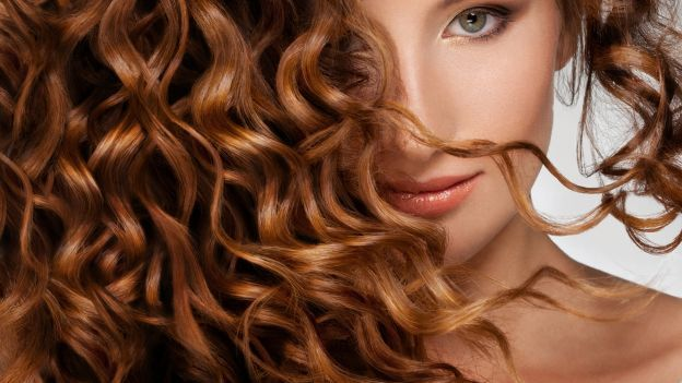 Provate questo metodo di asciugatura per i capelli che vi farà ottenere dei ricci definiti e senza l'effetto crespo