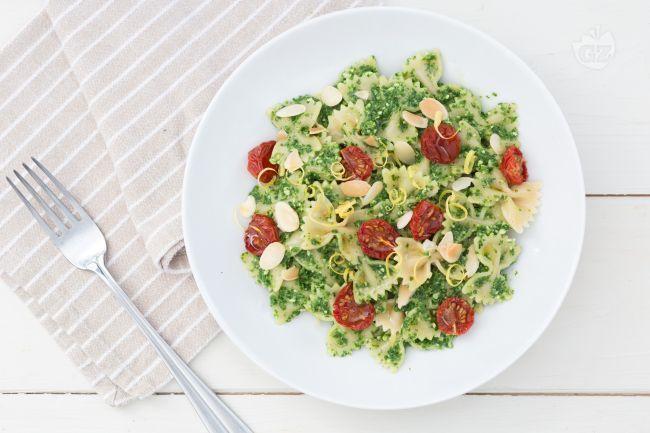 La pasta al pesto di rucola e limone con pomodorini confit è un primo piatto fresco dai gusti raffinati... un'insalata di pasta che piacerà a tutti!