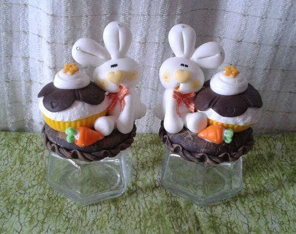 lindo pote sextavado,decorado com coelho,cupcake e cenourinha em biscuit ! <br>valor unitário, a foto é apenas mera ilustração ! <br> <br>***o valor se refere a um pote***