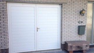 Openslaande deuren met smalle profilering met een glad paneel. De deur is uitgevoerd in RAL 9010 en helemaal voorzien van structuur lak. Bij deze deur is er gekozen voor verzonken scharnieren, zodat deze niet zichtbaar zijn aan de buitenzijde van de openslaande deur.