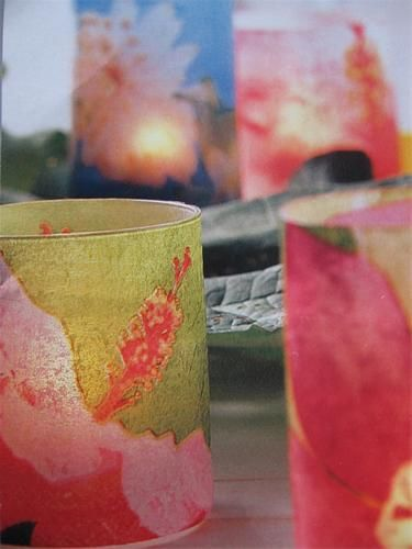 1.Snij Papieren servetten met bloemmotief op de juiste maat voor de omvang van je glas en 2 mm onder de rand van het glas.  2.Met een penseel met servettenlijm plak je deze bloemmotieven op het glas. De randen goed fixeren en laten drogen.