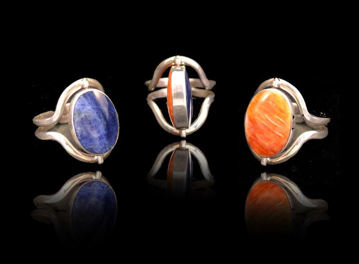 Stijlvolle verstelbare ring van zilver 950. aan een kant heeft deze ring een lapis lazuli halfedelsteen en aan de andere kant een rode spondylus. Gratis verzending binnen Nederland!