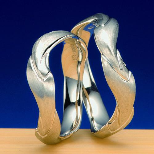 """結婚指輪 神流川 -kannagawa-  晩春に川を流れる桜の花びらを題材にした結婚指輪4枚(2つで指輪で計8枚の桜の花びらが結婚指輪(マリッジリング)に流れる様にデザインし、""""末広がり""""を表しました。   想い出の景色を心に留めて…そんな想いを込められた作品。"""