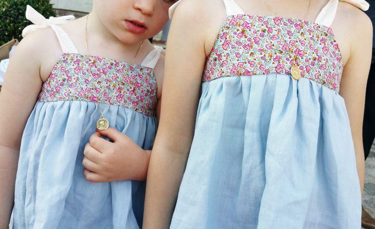 Hauts à bretelles nouées sur les épaules