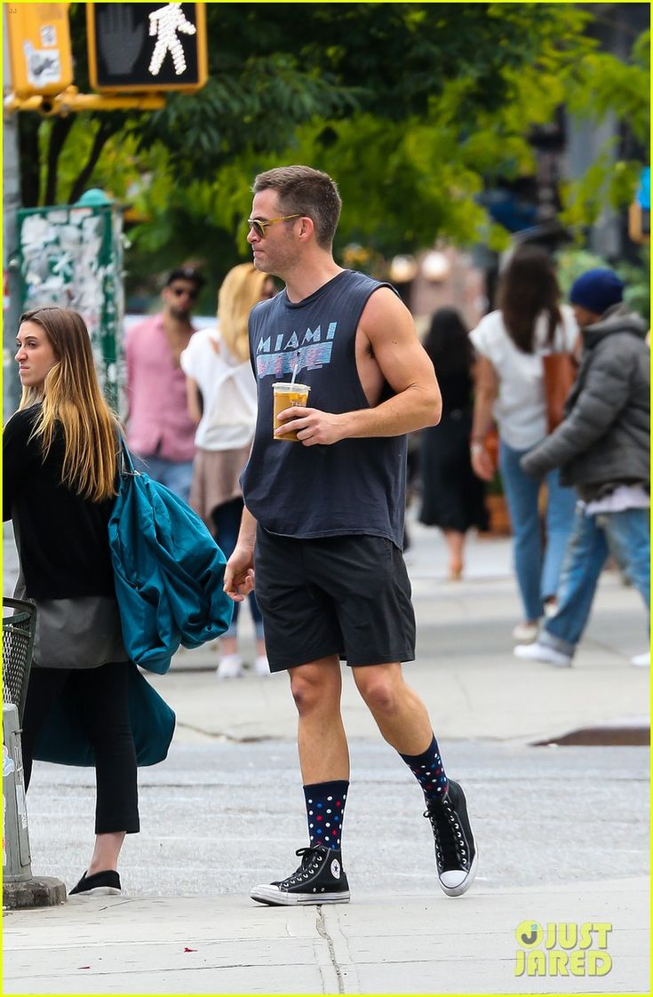 Chris Pine Puts His Steve Trevor Muscles on Display in NYC! | chris pine puts his steve trevor musces on display in nyc 01 - Photo