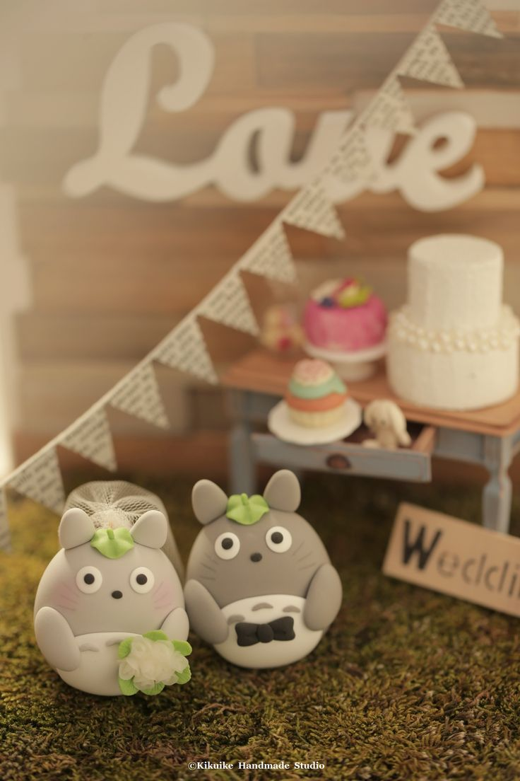 トトロ Totoro clay doll wedding cake topper #cartoon #cute #rusticwedding #handmadecaketopper #custom #ceremony #weddingideas #planning #gift #backdrop #kikuikestudio #forest #outdoor #miniature #dollhouse #kikuikestudio #結婚式 #mariage #Hochzeit #Boda