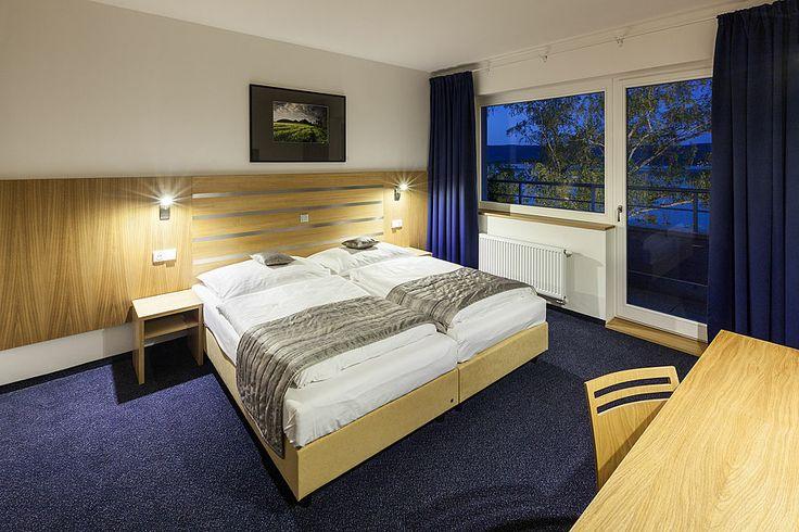 Hotel Port Máchovo jezero www.hotelport.cz  Zakotvěte v HOTELU****PORT a vychutnejte si komfortní ubytování s výhledem na Máchovo jezero a další množství služeb. Celkem 62 pokojů včetně 2 apartmá, 1 junior suite, 1 bezbariérového pokoje | 172 lůžek  Více ohledně ubytování zde: http://www.hotelport.cz/ubytovani-a-sluzby/