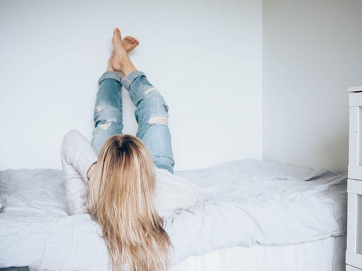 P2052820.jpgCosyGreyHomeBed, random facts about me, satunnaisia faktoja minusta, personal, lifestyle, blogi, bed, sänky, home, koti, home vibes, cosy home, gray bed sheets, harmaat pellavalakanat, harmaa villapaita, gray sweater, blue ripped jeans, siniset revityt farkut, vaaleat pitkät hiukset, blonde long hair,