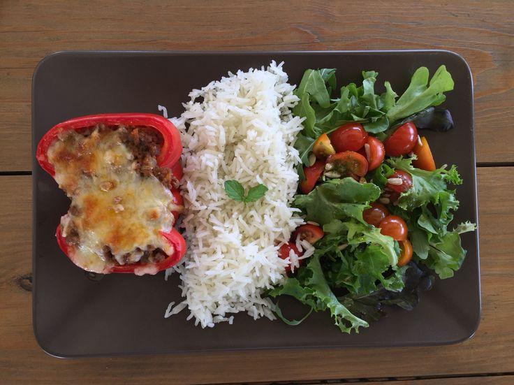 Pimentos recheados com arroz e salada - Cafetaria Village