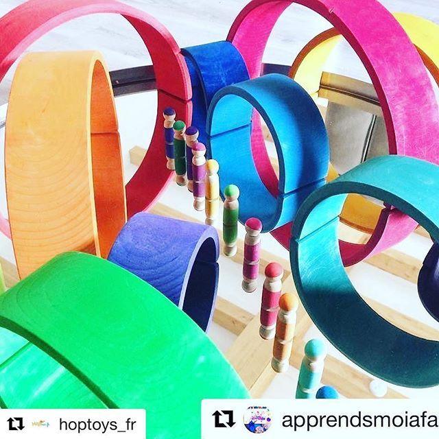 El gran arco iris de madera multicolor de Grimm's es polivalente y perfecto para grandes y pequeños. Perfecto para montar torres, clasificar por tamaños o para juegos más complejos como hacer vallas o acunar un muñeco, hacer un túnel o un puente para los coches. Miles de posibilidades. Método pedagógico Waldorf.