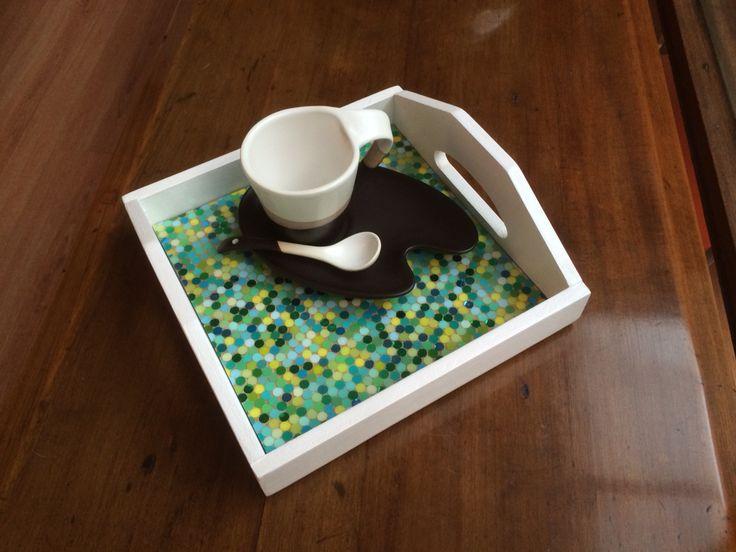 Bandejas 20x20 cm. / técnica: mosaico de papel cubierto con resina o vidrio líquido. Hechas a mano.   $12.000