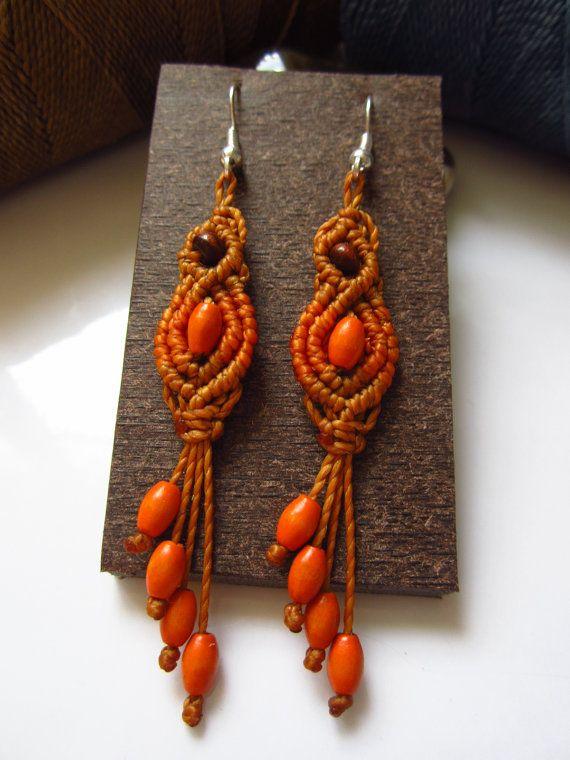 Perlas de naranja Macrame aros con madera hecho a mano