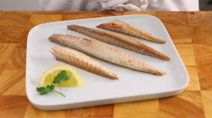 Gerookte makreel is heerlijk om te eten, maar je moet deze wel op de juiste manier schoonmaken. Bekijk de video van Allerhande en leer stapsgewijs hoe je gerookte makreel moet schoonmaken.