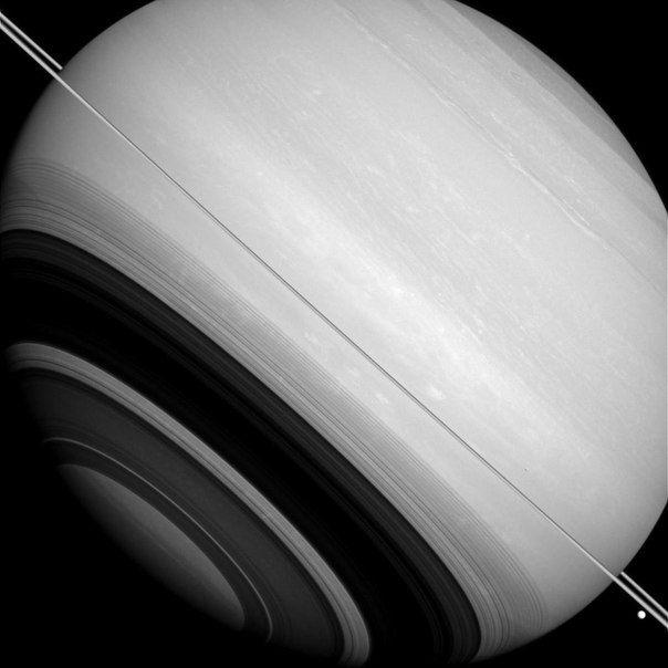 Очень тонкие кольца Сатурна видны на этом снимке с ребра, и отбрасывают тень на планету. / Популярная астрономия