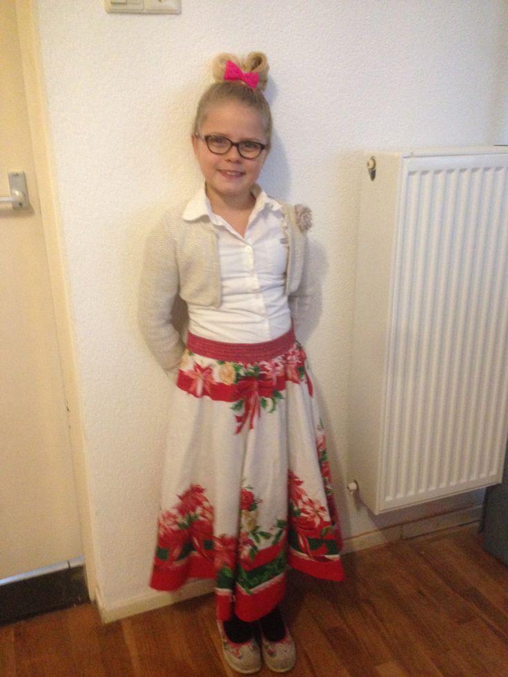 We nemen een rond oud kersttafel kleed van schoonmoeders . En rode glitter elastiek en Viola school kerstoutfit is klaar!!