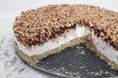 La cheesecake Nutella e riso soffiato è un dolce goloso e molto semplice da preparare infatti non necessita di cottura. Pronto in soli 20 minuti.