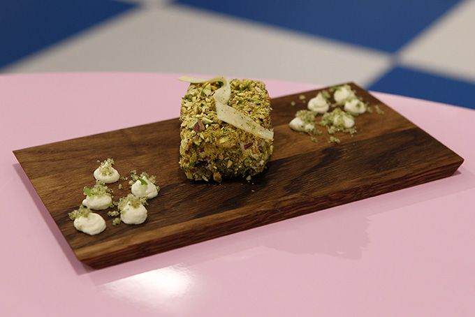 Pastinak-pistacie-kage med limecreme