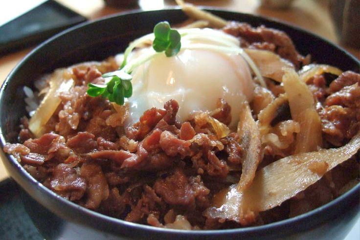 Gyudon - Ternera con arroz    - Ingredientes:   4 tazas de arroz hervido (tipo paella o grano redondo)   450g de ternera muy finame...