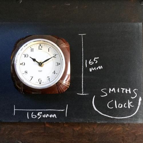 SMITHS(スミス)の壁掛け時計|イギリスの老舗SMITHSスミス社のブラウンのベークライトのボディが素敵なウォールクロックです!スミス社は1851年に時計職人のサミュエル・スミスが開いた時計店が始まり。時計メーカーとしての地位を確立、航空機の速度計、気圧計をはじめ、ミニなど英国車のスピードメーターにも使われていたクールな時計メーカーです。そのスミス社の壁掛け時計!ベークライトのフレームのフォルム、文字盤はもちろんカッコイイですね!アンティークの時計はお部屋のインテリアに深みを出してくれるアイテムです。