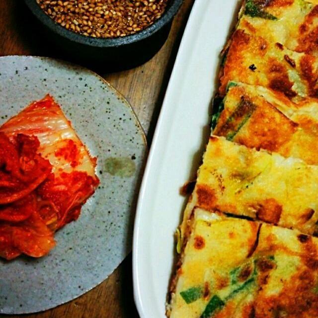 今日は韓流食卓。 これはチヂミ。うまし! ソースは、ポン酢ベースで、砂糖とニンニクおろしをお好みでプラスして。 キムチと一緒で更に美味しい~(^・^) - 12件のもぐもぐ - チヂミ。 by aimermomo