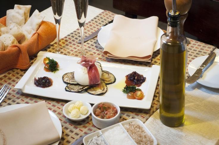 """""""La Burrata"""" conocida, por su alto valor gastronómico, es un queso de origen Italiano muy cremoso, intenso y de exquisito sabor.  Su elaboraciòn a mano, cuenta con la calidad de la materia prima, muy controlada, para obtener un buen producto, por lo que es uno de los mejores quesos artesanales del mundo.  Pruébala en todas nuestras casas. Exclusivo de @Santabrasa Chile Chile Chile"""