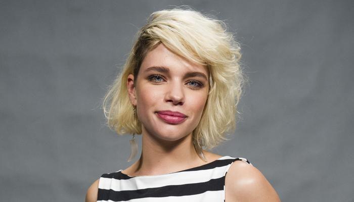 """O cabelo da Bruna é um Chanel bem desconectado, com ondas naturais também do cabelo dela, e uma franja lateral, desfiada"""". Já a cor é um loiro platinado, com dois dedos de raiz na cor natural"""