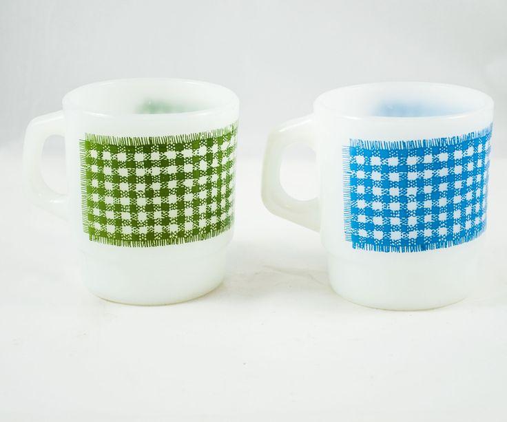 2 tasses Fire King-Anchor Hocking vintage blanche avec motif à carreau bleu et vert de la boutique 3rvintages sur Etsy