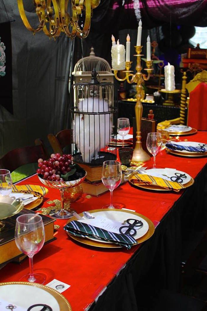 25 best ideas about harry potter table on pinterest harry potter birthday harry potter party - Deco table harry potter ...
