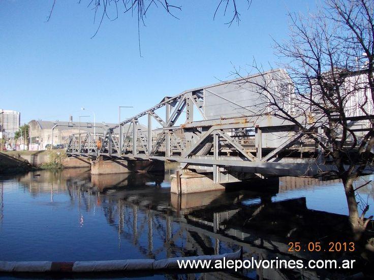 Barracas - Puente Bosch  Cruza el Riachuelo, uniendo Barracas CABA con Avellaneda. Corre junto a las vías ffcc Roca. Puente balanceador inaugurado en 1908, de estructura metálica remachada, compuesto por tres tramos, dos extremos fijos y uno levadizo central. Las luces son 16.00 m tramo Sur 20.50 m Central y 16.50 m Norte. Entre ejes de vigas principales 9.30 m Sur, 9.40 m Central y10.90 m Norte. (www.alepolvorines.com.ar)