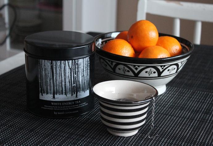 Ninuska : stilleven met oranje en zwart-wit