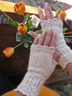 Free pattern for Fingerless Bronte's Mitts in 4 ply